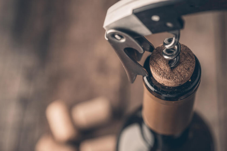 Come aprire una bottiglia di vino alla perfezione in 5 facili passaggi